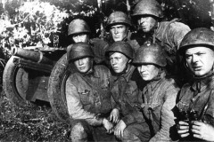 Орудийный расчёт ст. сержанта Г. Н. Старкова (крайний справа).