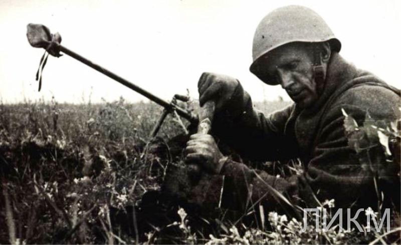 Фото и подпись из дивизионной газеты Во славу Родины № 84 от 27.7.1942 г. Расчёт ПТР Н.Л. Корнилова
